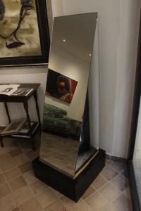 Nanda Vigo (Italia) «Dall'alfabeto cosmogonico - piramide» specchio – scultura 120x40x40 cm